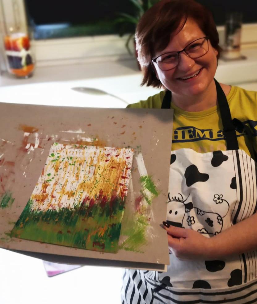 Martina mit abstraktem Kunstwerk