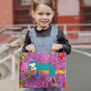 Mädchen malt Faultier